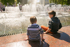 GOMEL, ΛΕΥΚΟΡΩΣΊΑ - 14 Μαΐου 2017: Τα παιδιά παίζουν με το νερό κοντά σε μια πηγή πόλεων στην πόλη Gomel Στοκ Φωτογραφίες