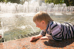 GOMEL, ΛΕΥΚΟΡΩΣΊΑ - 14 Μαΐου 2017: Τα παιδιά παίζουν με το νερό κοντά σε μια πηγή πόλεων στην πόλη Gomel Στοκ εικόνα με δικαίωμα ελεύθερης χρήσης