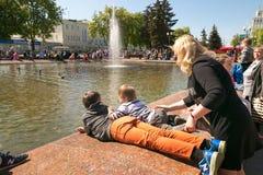 GOMEL, ΛΕΥΚΟΡΩΣΊΑ - 14 Μαΐου 2017: Τα παιδιά παίζουν με το νερό κοντά σε μια πηγή πόλεων στην πόλη Gomel Στοκ εικόνες με δικαίωμα ελεύθερης χρήσης