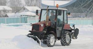 Gomel, Λευκορωσία - 2 Μαρτίου 2018: Καθαρίζοντας χιόνι τρακτέρ ημέρα χειμερινών στη χιονώδη χιονοθυελλών στην πόλη φιλμ μικρού μήκους