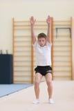 Gomel, Λευκορωσία - 19 Νοεμβρίου 2016: Αθλητικοί ανταγωνισμοί στο acrobatics μεταξύ των αγοριών και των κοριτσιών γεννημένων το 2 Στοκ Φωτογραφία