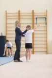 Gomel, Λευκορωσία - 19 Νοεμβρίου 2016: Αθλητικοί ανταγωνισμοί στο acrobatics μεταξύ των αγοριών και των κοριτσιών γεννημένων το 2 Στοκ φωτογραφίες με δικαίωμα ελεύθερης χρήσης