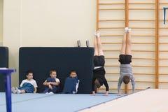 Gomel, Λευκορωσία - 19 Νοεμβρίου 2016: Αθλητικοί ανταγωνισμοί στο acrobatics μεταξύ των αγοριών και των κοριτσιών γεννημένων το 2 Στοκ φωτογραφία με δικαίωμα ελεύθερης χρήσης