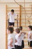 Gomel, Λευκορωσία - 19 Νοεμβρίου 2016: Αθλητικοί ανταγωνισμοί στο acrobatics μεταξύ των αγοριών και των κοριτσιών γεννημένων το 2 Στοκ Φωτογραφίες
