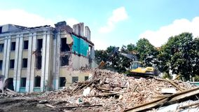 Gomel, Беларусь - 4-ое августа 2018: Подрывание здания машины Volvo разрушительное акции видеоматериалы