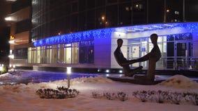 GOMEL, БЕЛАРУСЬ - 10-ОЕ ДЕКАБРЯ 2018: Здание банка VEB в освещении ночи акции видеоматериалы