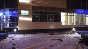 GOMEL, БЕЛАРУСЬ - 10-ОЕ ДЕКАБРЯ 2018: Здание банка VEB в освещении ночи сток-видео