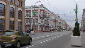GOMEL, БЕЛАРУСЬ - 8-ОЕ МАЯ 2019: автомобильное движение на улице Sovetskaya видеоматериал