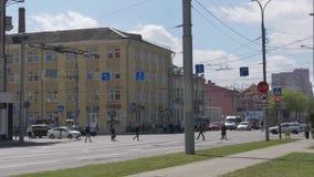 GOMEL, БЕЛАРУСЬ - 2-ОЕ МАЯ 2019: движение на улице международной сток-видео