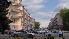 GOMEL, БЕЛАРУСЬ - 2-ОЕ МАЯ 2019: движение на улице Kommunarov акции видеоматериалы