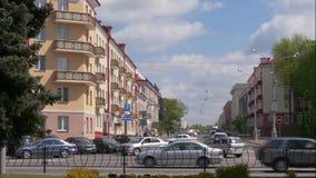 GOMEL, БЕЛАРУСЬ - 2-ОЕ МАЯ 2019: движение на улице Kommunarov сток-видео