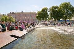 GOMEL, БЕЛАРУСЬ - 14-ое мая 2017: Игра детей с водой около фонтана города в городе Gomel Стоковая Фотография RF