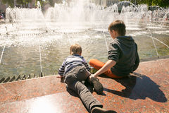 GOMEL, БЕЛАРУСЬ - 14-ое мая 2017: Игра детей с водой около фонтана города в городе Gomel Стоковое Изображение RF