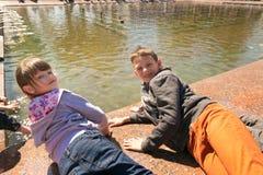 GOMEL, БЕЛАРУСЬ - 14-ое мая 2017: Игра детей с водой около фонтана города в городе Gomel Стоковые Фотографии RF