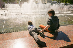 GOMEL, БЕЛАРУСЬ - 14-ое мая 2017: Игра детей с водой около фонтана города в городе Gomel Стоковая Фотография