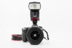 GOMEL, БЕЛАРУСЬ - 12-ое мая 2017: Камера канона 6d с объективом на белой предпосылке Канон manufactur камеры ` s самое большое SL Стоковое Фото