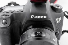 GOMEL, БЕЛАРУСЬ - 12-ое мая 2017: Камера канона 6d с объективом на белой предпосылке Канон manufactur камеры ` s самое большое SL Стоковая Фотография RF