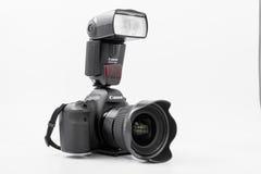 GOMEL, БЕЛАРУСЬ - 12-ое мая 2017: Камера канона 6d с объективом на белой предпосылке Канон manufactur камеры ` s самое большое SL Стоковое Изображение