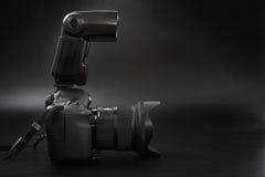 GOMEL, БЕЛАРУСЬ - 12-ое мая 2017: Камера канона 6d с объективом на черной предпосылке Канон manufactur камеры ` s самое большое S Стоковая Фотография