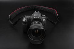 GOMEL, БЕЛАРУСЬ - 12-ое мая 2017: Камера канона 6d с объективом на черной предпосылке Канон manufactur камеры ` s самое большое S Стоковое фото RF