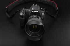 GOMEL, БЕЛАРУСЬ - 12-ое мая 2017: Камера канона 6d с объективом на черной предпосылке Канон manufactur камеры ` s самое большое S Стоковые Фотографии RF