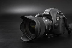 GOMEL, БЕЛАРУСЬ - 12-ое мая 2017: Камера канона 6d с объективом на черной предпосылке Канон manufactur камеры ` s самое большое S Стоковая Фотография RF