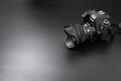 GOMEL, БЕЛАРУСЬ - 12-ое мая 2017: Камера канона 6d с объективом на черной предпосылке Канон manufactur камеры ` s самое большое S Стоковое Фото
