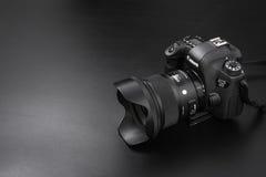 GOMEL, БЕЛАРУСЬ - 12-ое мая 2017: Камера канона 6d с объективом на черной предпосылке Канон manufactur камеры ` s самое большое S Стоковое Изображение RF