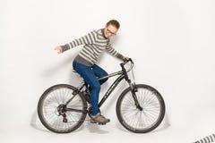 GOMEL, БЕЛАРУСЬ - 12-ое мая 2017: СЛЕД горного велосипеда на белой предпосылке Девушка едет Стоковое Изображение