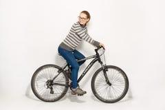 GOMEL, БЕЛАРУСЬ - 12-ое мая 2017: СЛЕД горного велосипеда на белой предпосылке Девушка едет Стоковое Фото