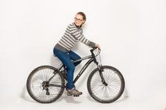 GOMEL, БЕЛАРУСЬ - 12-ое мая 2017: СЛЕД горного велосипеда на белой предпосылке Девушка едет Стоковая Фотография RF