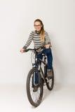 GOMEL, БЕЛАРУСЬ - 12-ое мая 2017: СЛЕД горного велосипеда на белой предпосылке Девушка едет Стоковые Изображения RF