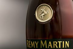 GOMEL, БЕЛАРУСЬ - 17-ое октября 2017: Бутылка коньяка Remy Мартина на monophonic предпосылке Стоковое Фото