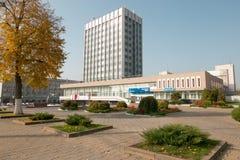 GOMEL, БЕЛАРУСЬ - 18-ое октября 2017: Здание главного почтового отделения с смежной территорией в осени Стоковая Фотография RF