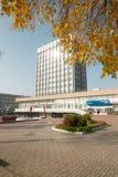 GOMEL, БЕЛАРУСЬ - 18-ое октября 2017: Здание главного почтового отделения с смежной территорией в осени Стоковая Фотография