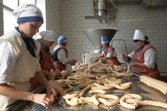 GOMEL, БЕЛАРУСЬ - 22-ое сентября 2011: Завод обработки мяса Обрабатывать свинины и говядины Машины, механизмы и оборудование стоковое изображение