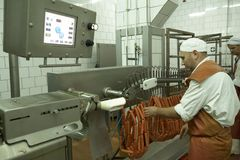 GOMEL, БЕЛАРУСЬ - 22-ое сентября 2011: Завод обработки мяса Обрабатывать свинины и говядины Машины, механизмы и оборудование стоковое фото