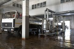 GOMEL, БЕЛАРУСЬ - 22-ое сентября 2011: Зернокомбайн для обрабатывать молоко Машины, механизмы и оборудование стоковая фотография