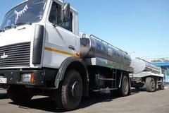 GOMEL, БЕЛАРУСЬ - 22-ое сентября 2011: Зернокомбайн для обрабатывать молоко Машины, механизмы и оборудование стоковая фотография rf