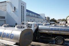 GOMEL, БЕЛАРУСЬ - 22-ое сентября 2011: Зернокомбайн для обрабатывать молоко Машины, механизмы и оборудование стоковое изображение rf