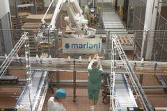 GOMEL, БЕЛАРУСЬ - 22-ое сентября 2011: Зернокомбайн для обрабатывать молоко Машины, механизмы и оборудование стоковое фото