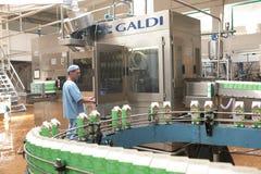 GOMEL, БЕЛАРУСЬ - 22-ое сентября 2011: Зернокомбайн для обрабатывать молоко Машины, механизмы и оборудование стоковое изображение