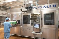 GOMEL, БЕЛАРУСЬ - 22-ое сентября 2011: Зернокомбайн для обрабатывать молоко Машины, механизмы и оборудование стоковое фото rf