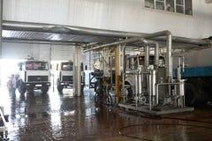 GOMEL, БЕЛАРУСЬ - 22-ое сентября 2011: Зернокомбайн для обрабатывать молоко Машины, механизмы и оборудование стоковые фото