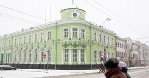 Gomel, Беларусь Отдел зоны Gomel главным образом национального банка в дне пурги Snowy зимы Здание на пересечении  сток-видео