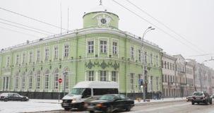 Gomel, Беларусь Отдел зоны Gomel главным образом национального банка в дне пурги Snowy зимы Здание на пересечении  видеоматериал