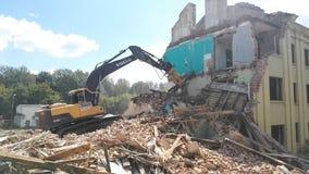 Gomel, Беларусь - 3-ье августа 2018: Подрывание здания машины Volvo разрушительное видеоматериал