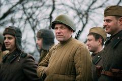 Gomel, Беларусь Re-enactors одетый как русские советские солдаты Красной Армии пехоты Стоковые Изображения