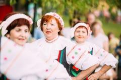 Gomel Беларусь Близкие пожилые женщины в Belarussian костюмах, бросании Стоковые Изображения RF