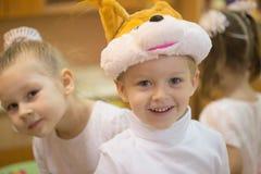 Gomel, Беларусь - 22-ое декабря 2016: Праздник ` s Нового Года для детей в детском саде Дети 3 до 4 года Стоковая Фотография